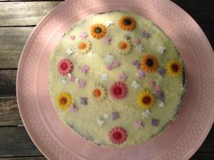 Un exemple de ce que je fais d'ordinaire dans ma cuisine. Ici un gâteau à la vanille pour l'anniversaire de ma fille.
