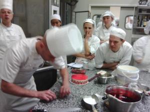 Le chef fait une démo de décoration pour le fraisier.
